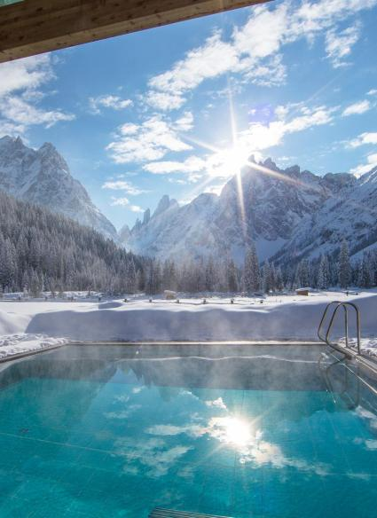 dolomitenhof-wellness-pool-aussen-winter-05